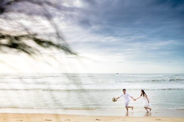 Chụp ảnh cưới ngoài biển sẽ mang đến những khung hình cưới vô cùng lãng mạn.