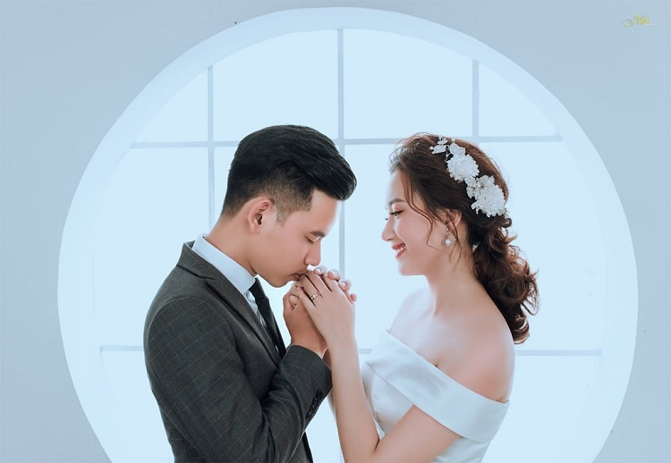 Không nên nhờ bạn bè chụp ảnh cưới