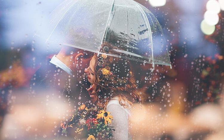Tận dụng ánh đèn khi chụp album ảnh cưới dưới mưa