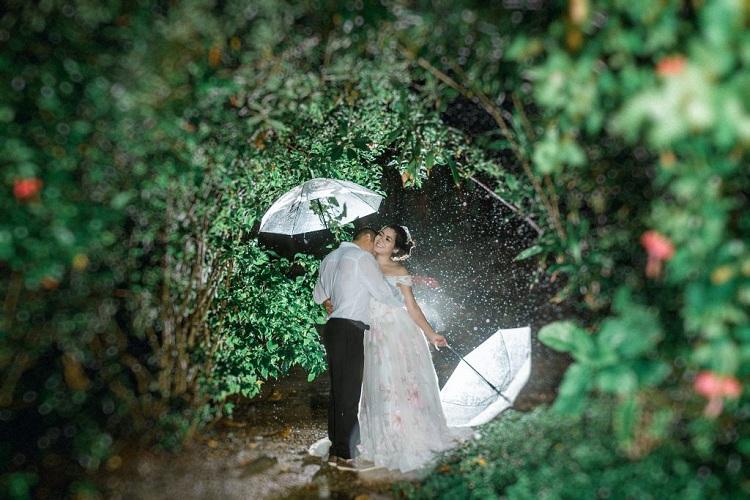 Nên dùng ô khi chụp dưới mưa